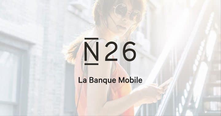 femme sur son téléphone logo N26 au premier plan
