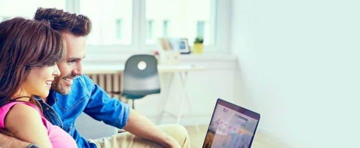 couple ouvrant un compte bancaire en ligne
