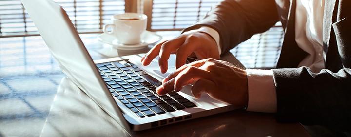 homme sur un ordinateur