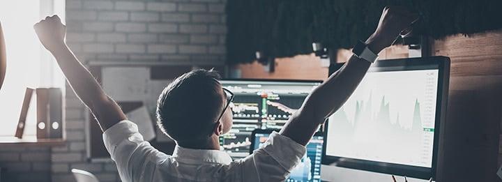 homme heureux face à ses applications de bourse en ligne