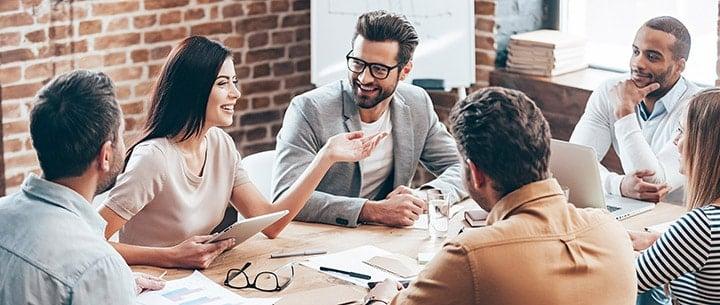 employés en réunion dans une start-up